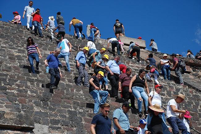 Turistes baixant la piràmide de la Lluna, a Teotihuacán (Mèxic).